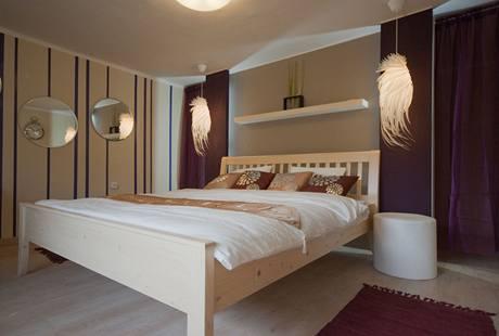 V ložnici rodičů přibyla šatna umístěná za čelem postele