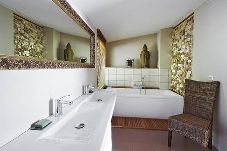 Koupelna v patře je vybavena sanitární keramikou Laufen. Benátské zrcadlo a perleťový závěs tvoří dynamickou protiváhu jednoduchému obkladu a nátěrům stěn.
