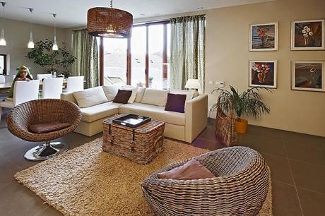 Interiér paní domu dokonale sladila v přírodním stylu, proutěná křesla i další zařízení vynikají elegantním moderním designem