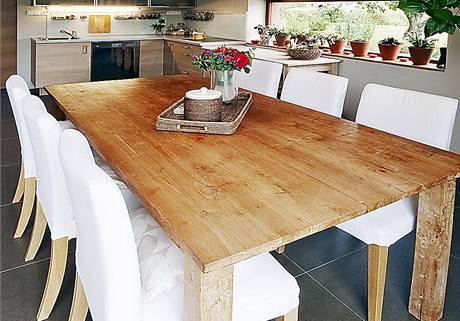 Masivní jídelní stůl pro 6 až 8 osob je faktickým středobodem rodinného života