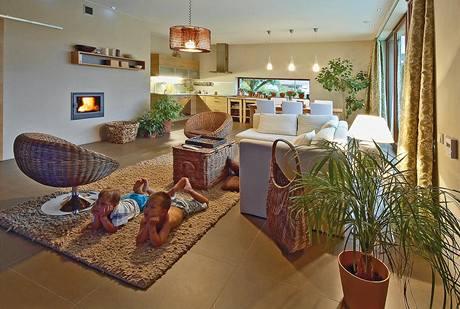 Společnému prostoru kuchyně, jídelny a obýváku by se dnes majitel vyhnul