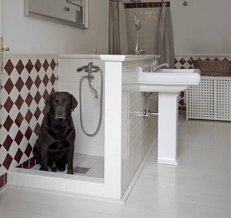Koupelna je vybavena sprchou pro psy, jejíž vybavení stejně jako zbytek koupelnového zařízení nese značku Villeroy & Boch
