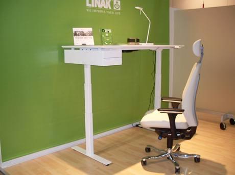 Lineární pohony firmy LINAK umožňují střídat práci vsedě a vstoje – zde výška stolové desky 126 cm