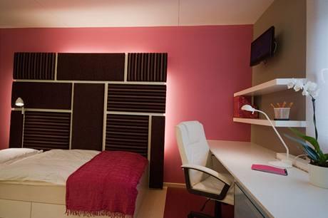 Osvětlení za čelem postele lze vypnout dálkovým ovladačem