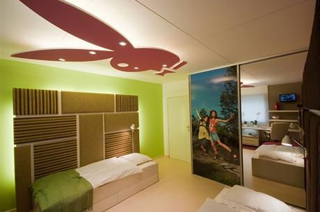 Světlá podlaha a efekt světla dopadajícího na strop pokoj opticky zvětšily