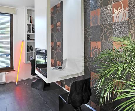 Architekt využil tapetu, aby opticky zvětšil místnost a současně ozvláštnil minimalistický interiér. Výrobce: de.fakto, 300 Kč/m2