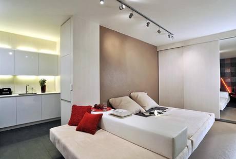 Řešením, jak dostat do bytu o 32 m2 pohodlnou pohovku a dvoulůžkovou postel, je multifunkční solitér. Stačí obrátit nebo zcela vyjmout opěrku, která odděluje obě části. Čalounění alcantara, cena přibližně 60 tisíc.