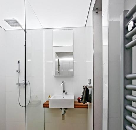 Dostatečné množství světla v koupelně, které působí dojmem denního, zajišťuje průsvitný strop z barrisolu (polyvinylová fólie vypnutá do obvodových profilů), pod nímž je osvětlení