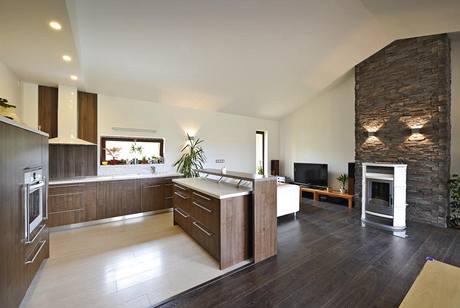 Laminátové plovoucí podlahy v interiéru elegantně kontrastují s obložením z umělého kamene