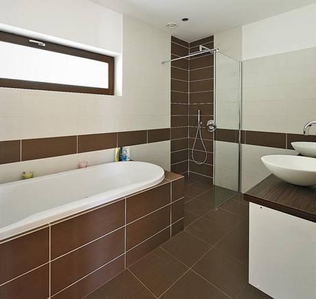 Koupelna s velkoformátovými obklady je barevně sladěna s interiérem domu
