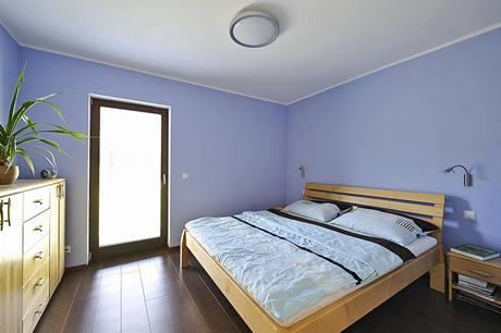Z každého pokoje vedou francouzské dveře do zahrady. Díky šatně zůstává ložnice rodičů prostorná a stále uklizená.