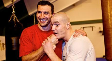 Vladimir Kličko (vlevo) s českým boxerem Ondřejem Pálou
