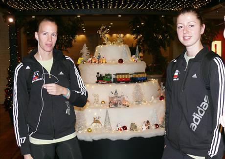 V japonské Nagoji mají Vánoce už od listopadu. Diví se tomu i české volejbalistky Ivana Plchotová (vlevo) a Martina Útlá