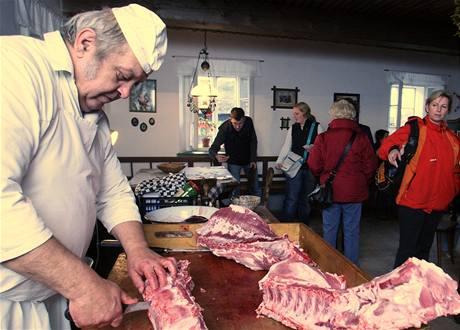 Ve skanzenu v Zubrnicích se konaly zabijačkové hody. Řezník Jiří Kroupa porcuje maso.