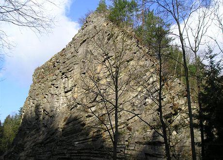 Skalisko Pustý zámek se sloupcovou odlučností trachytu