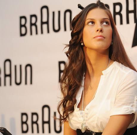 Dlouhé vlasy Anety Vignerové dostávají zabrat především kvůli její profesi modelky