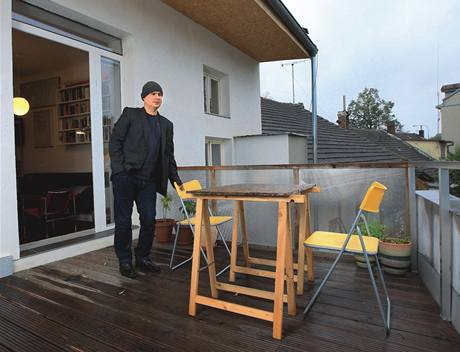 Jednoduchá terasa. Architekt miluje dřevo, v jeho bytě ho však moc nenajdeme