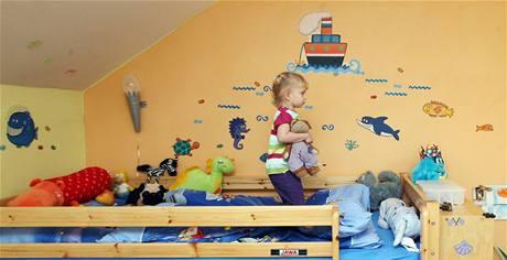 Děti dostaly společný pokoj, ve kterém byl do té doby ateliér jejich matky, vystudované učitelky výtvarné výchovy