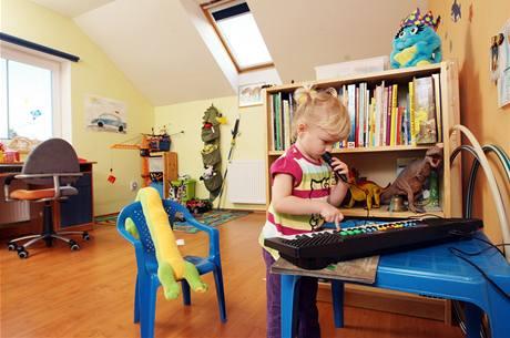 V dětském pokoji jsou i malé klávesy, houpačka a žebřiny