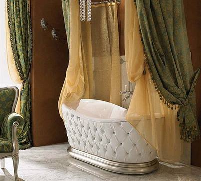 Vana s bílým polstrováním a těžkými závěsy se spíše hodí do obývacího pokoje