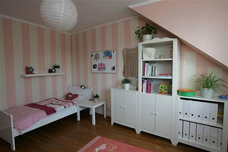 Amálka má pokoj vybavený dětským nábytkem
