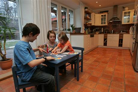 Děti si hrají všude. V domě mají několik oblíbených koutků, tento je kuchyňský