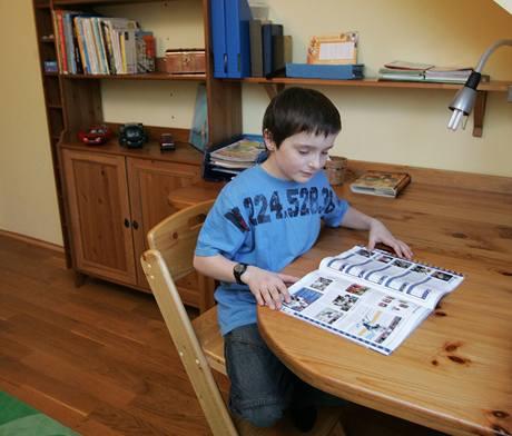 Max má střídmý pokoj s hlubokým stolem na míru, kam si časem postaví počítač. To, že tady nestojí už teď, je záměr rodičů