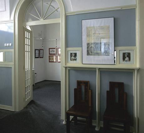 Galerie. Část rekonstruované vily slouží jako galerie. V přízemí je restaurace. Ve vile jsou i kanceláře a garsoniéry