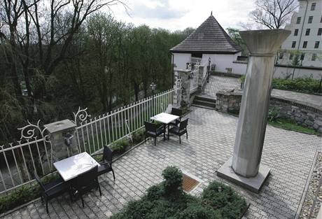 Hosté restaurace si mohou posedět na opravených terasách a znovu osázené zahradě kolem domu
