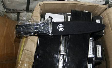 Celníci našli ve skladu v Praze 4 padělky nožů a dýk s nacistickou symbolikou (19.11. 2010)