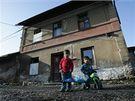 Zdevastovaná budova bývalého nádraží ve Vysokém Veselí, kterou obývají problémoví přistěhovalci.