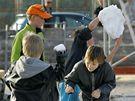 Snowboardisté v Okříškách na Třebíčsku zahájili sezonu. Sníh na rampu si přivezli ze stadionu. Toho využily i děti.