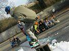 Snowboardisté v Okříškách na Třebíčsku zahájili sezonu. Sníh na rampu si přivezli ze stadionu.