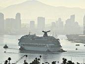 Výletní lo�, která po po�áru uvízla v Pacifiku, se vrací na pevninu