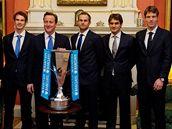 Tomáš Berdych (třetí zprava) pózuje s ostatními účastníky Turnaje mistrů v Londýně v sídle britského premiéra Davida Camerona (čtvrtý zleva) na Downing Street 10