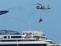 K lodi Carnival Splendor míří americký vrtulník se zásobami (10. listopadu 2010)