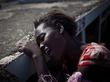 Příbuzná osmileté Monithy Silney , která zemřela na choleru, pláče během pohřbu v Port-au-Prince (15. listopadu 2010)