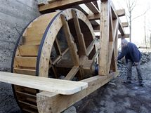 Milan Orálek u repliky mlýnského kola v Mikulůvce