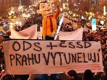 Demonstrace odpůrců koaliční spolupráce mezi ODS a ČSSD na pražské radnici. (Václavské náměstí, 17. 11. 2010)