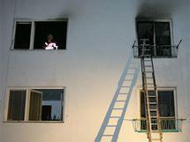 Byt v jihlavské Mahenově ulici zachvátil v pátek večer požár, při kterém zemřeli dva lidé a pes.