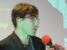 Tomáš Svoboda přebírá ocenění pro pětibojaře roku za svého bratra - dvojče Davida