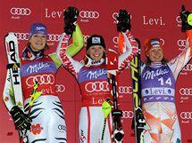 STUPNĚ VÍTĚZŮ. Závod Světového poháru ve finském Levi ovládla Rakušanka Schildová (uprostřed), druhá nejrychlejší byla Němka Rieschová (vlevo), třetí místo obsadila Finka Poutiainenová.