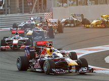 PRVNÍ ZATÁČKA. Jezdci najíždí po startu do první zatáčky Velké ceny Abú Zabí. První Vettel udržel vedoucí pozici před Hamiltonem.