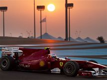 PŘI ZÁPADU SLUNCE. Fernando Alonso s ferrari na trati Velké ceny Abú Zabí