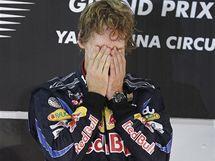 EMOCE. Sebastian Vettel se na pódiu raduje ze svého vítězství ve Velké ceně Abú Zabí a zisku mistrovského titulu