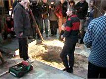 Archeologov� otev�raj� hrobku astronoma Tycha Braha. (15. listopadu 2010)