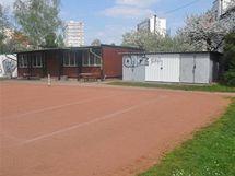 Současné tenisové hřiště v areálu u Bavlny