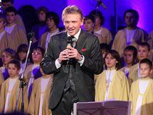Farář Czendlik uvádí předvánoční koncert Lucie Bílé a Boni Pueri v Lanškrouně