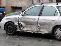 Auto nabourané těhotnou řidičkou, které se udělalo špatně
