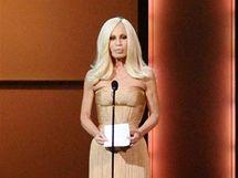 Návrhářka Donatella Versace na udělování cen časopisu Glamour.